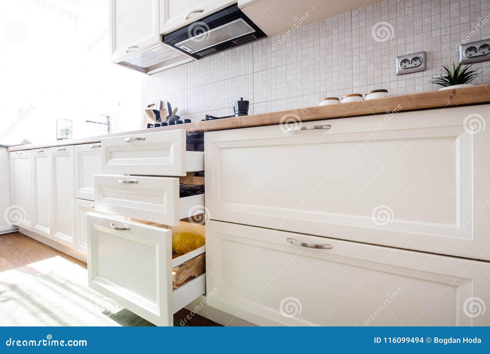 Moderne Kuchenschranke Mit Neuen Geraten Stockfoto Bild Von Haupt