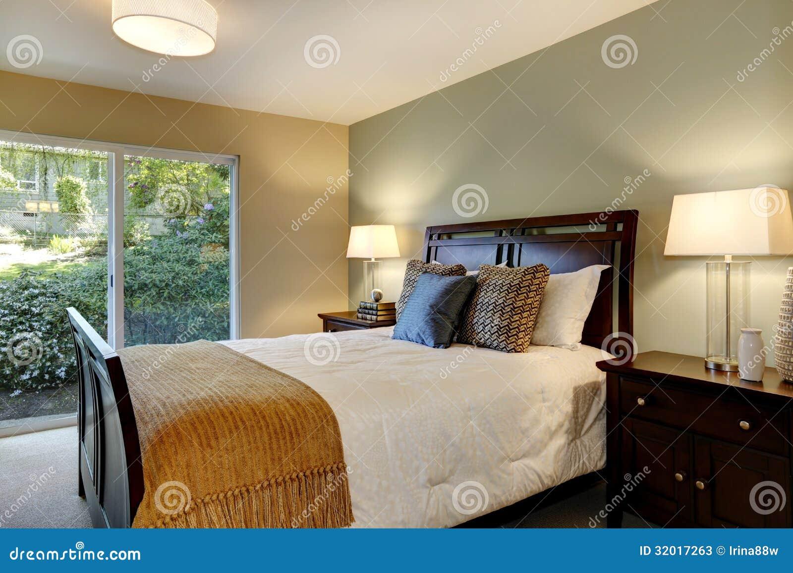 Moderne Kalme Slaapkamer Met Groene Muur En Grote Deur Aan De Tuin ...