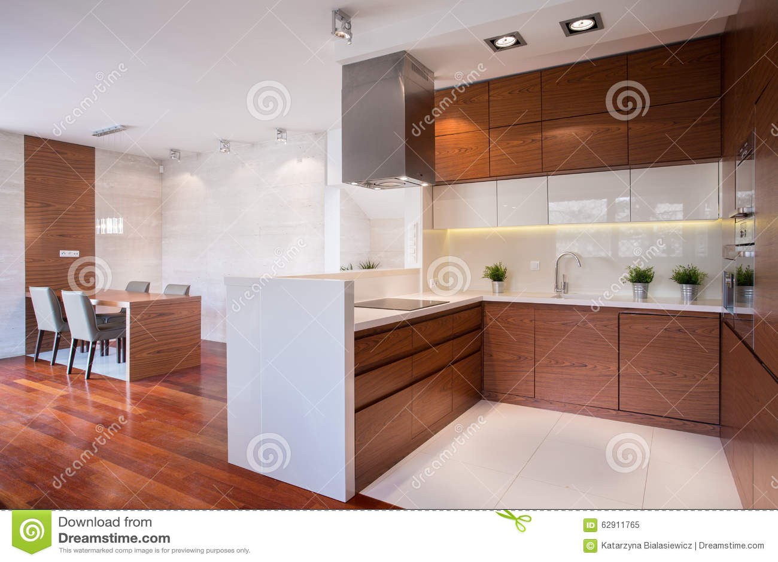 Moderne Keuken In Hout Stock Foto - Afbeelding: 62911765