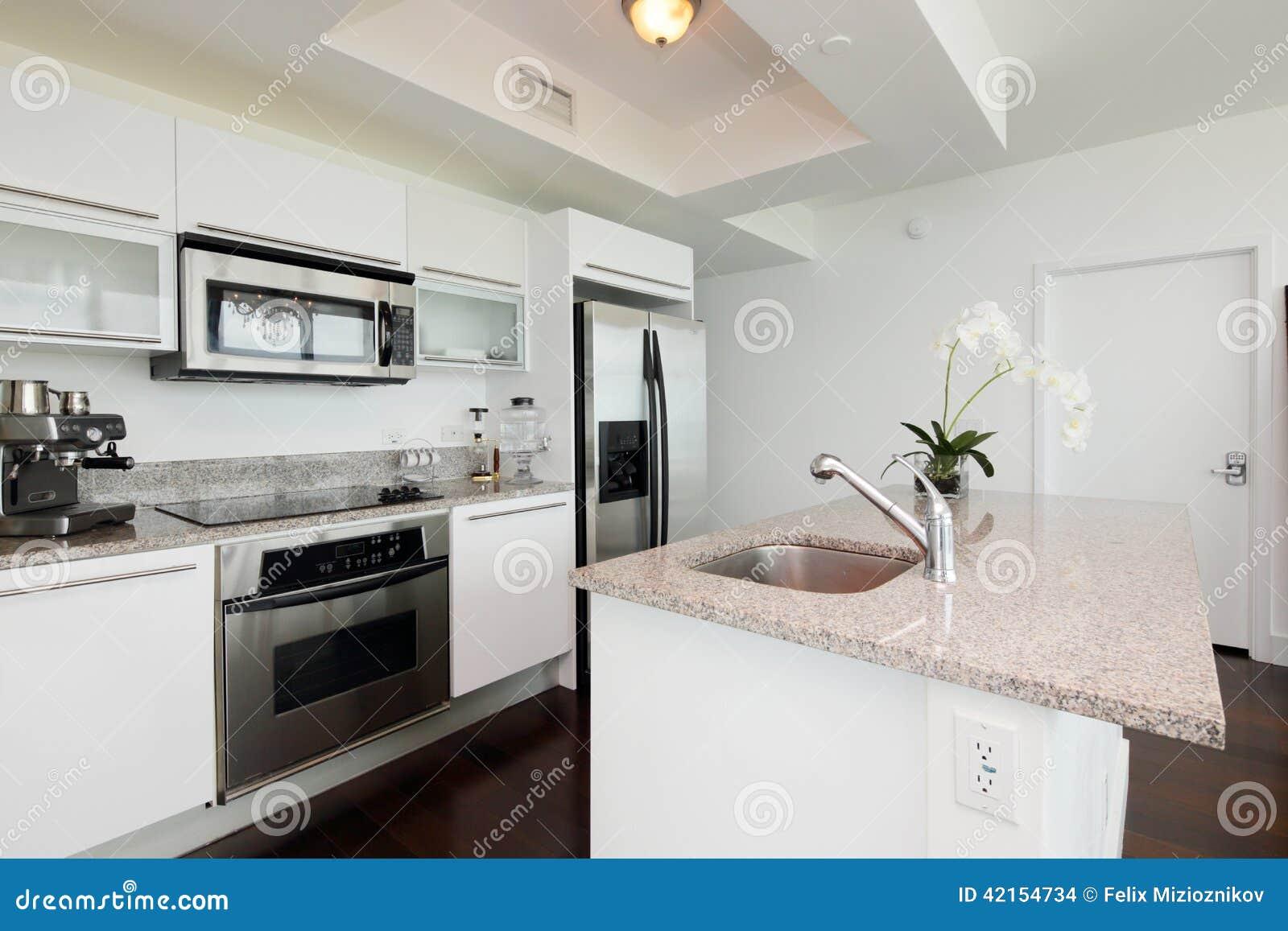 Moderne Keuken Eiland : Moderne Keuken Met Een Eiland Stock Foto – Afbeelding: 42154734