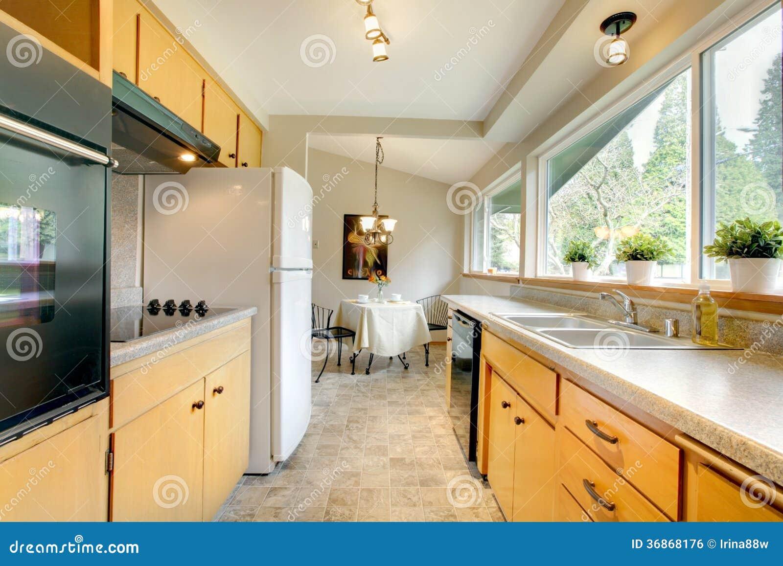 Keuken Moderne Klein : Moderne keuken met een klein het dineren gebied stock foto