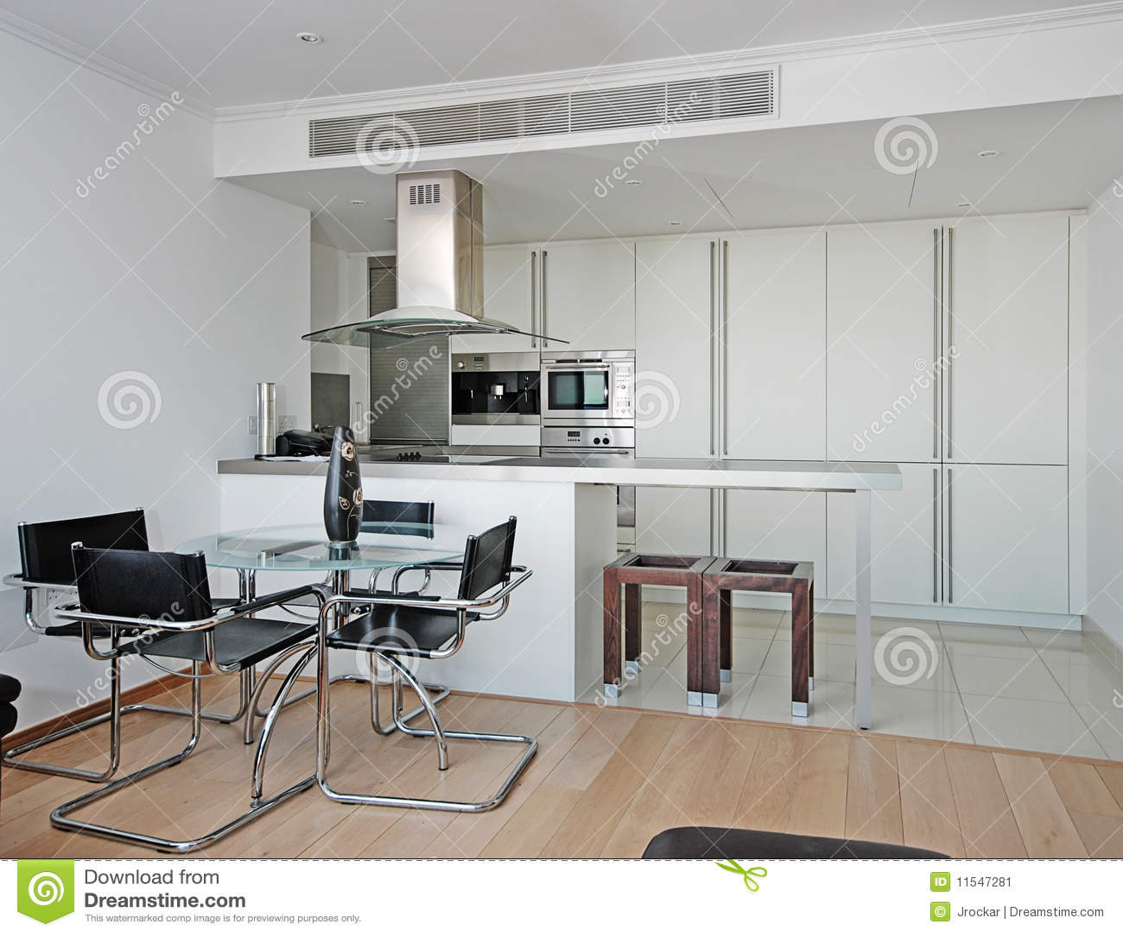 Moderne keuken met eettafel stock afbeelding afbeelding - Moderne keukenbank ...