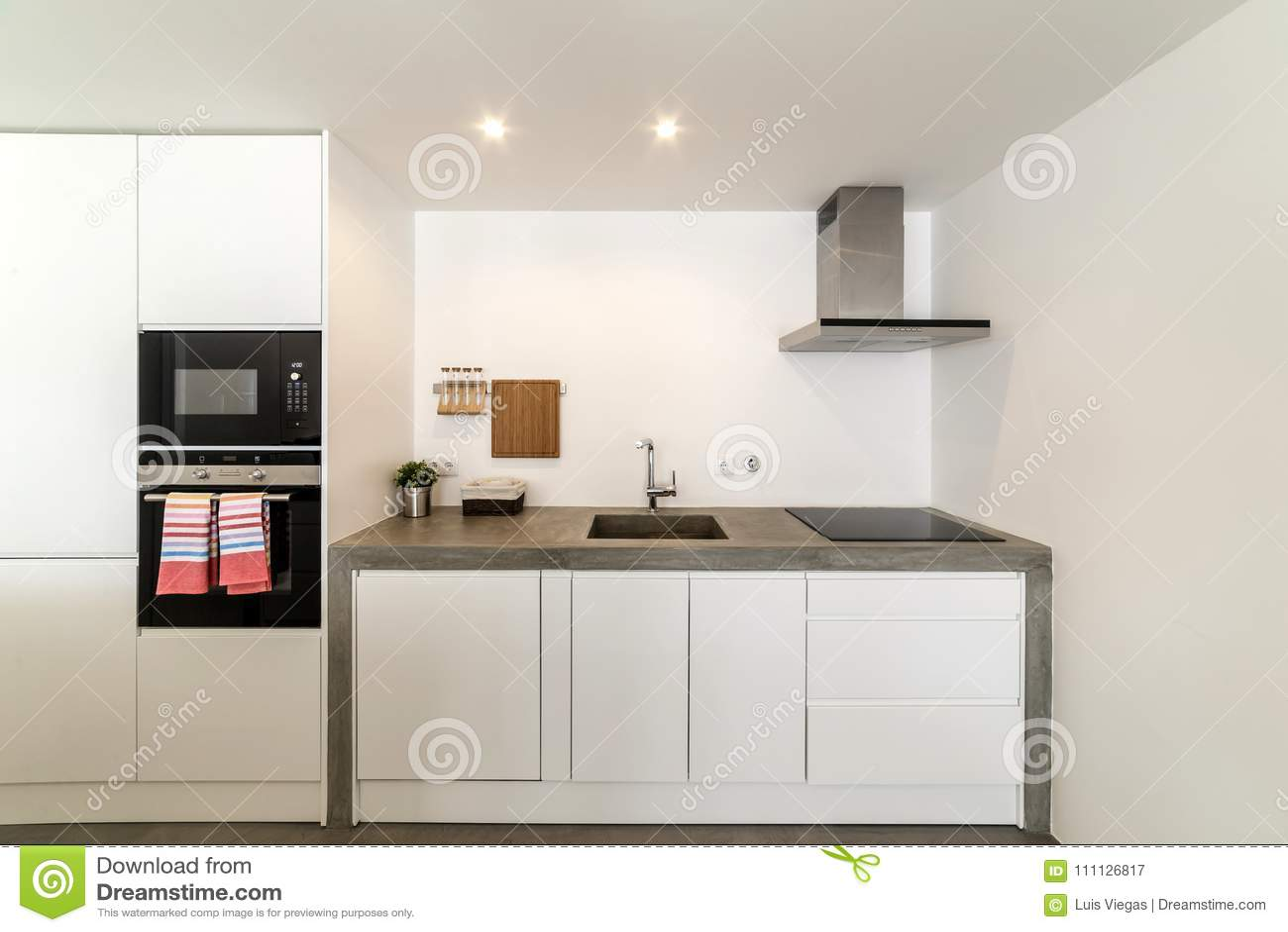 Moderne Keuken Grijs : Moderne keuken met grijze tegel en witte muur stock afbeelding