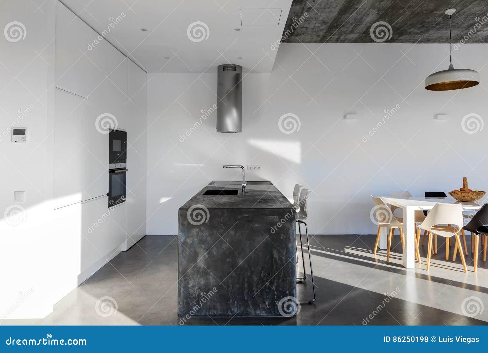 Grijze Moderne Keuken : Moderne keuken met grijze tegelvloer en witte muur stock foto