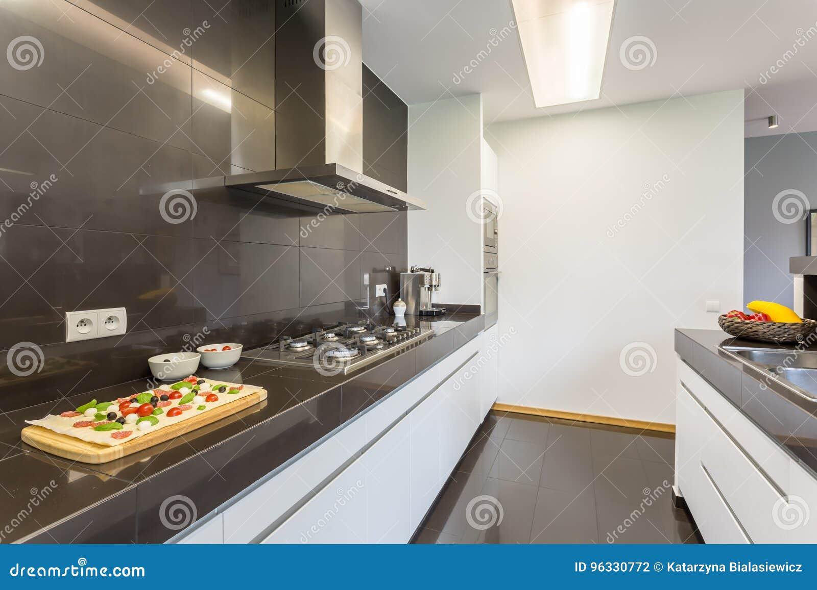 Moderne keuken met luifel stock foto. afbeelding bestaande uit