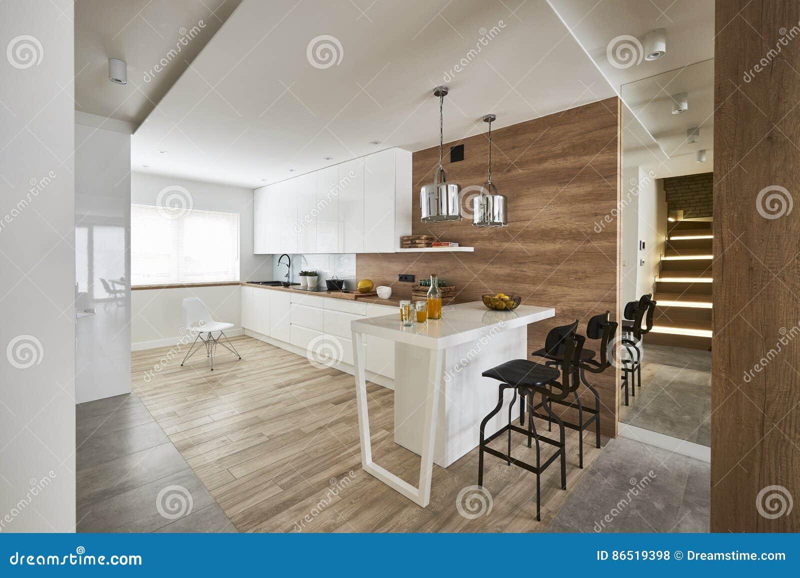 Moderne keuken met miror en witte bruine muren redactionele stock