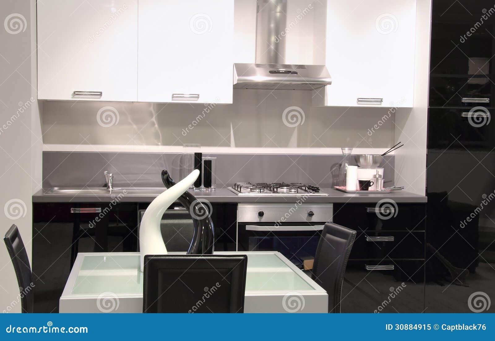 Moderne Keuken Kleuren : Moderne keuken met witte en zwarte kleuren stock afbeelding