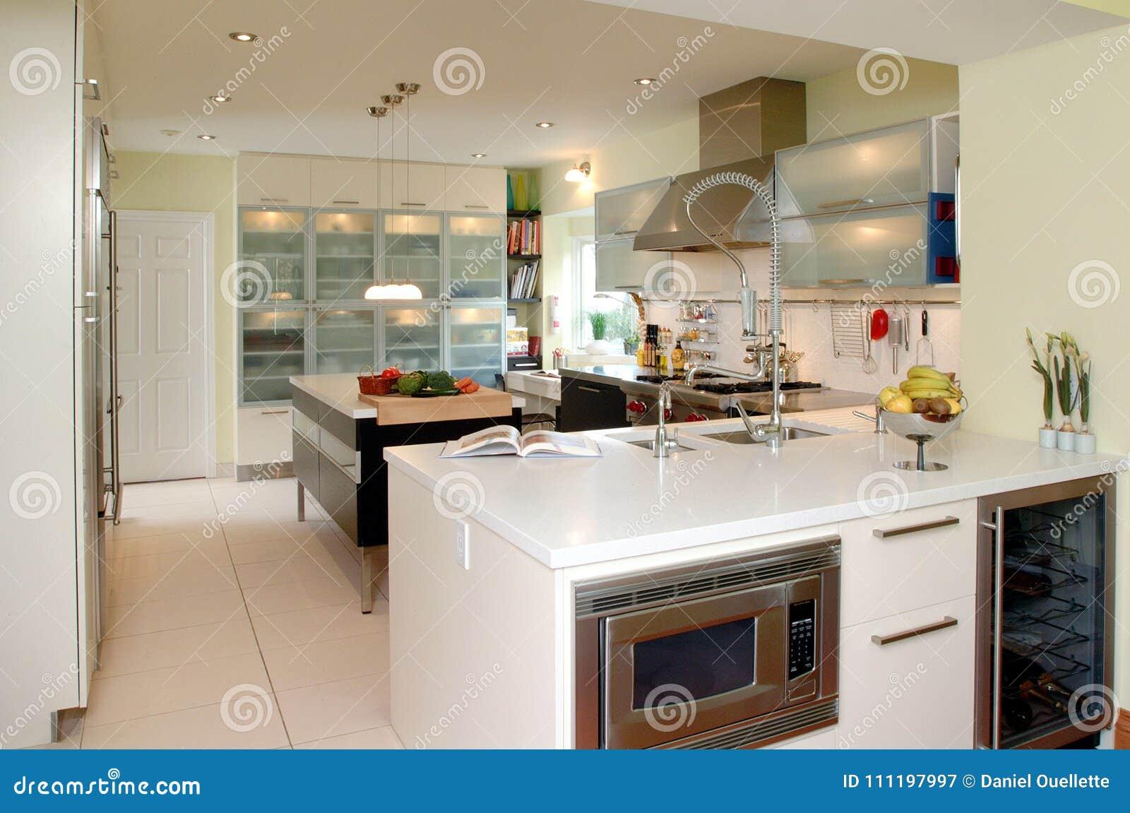 Moderne keuken met witte tegenbovenkant stock afbeelding