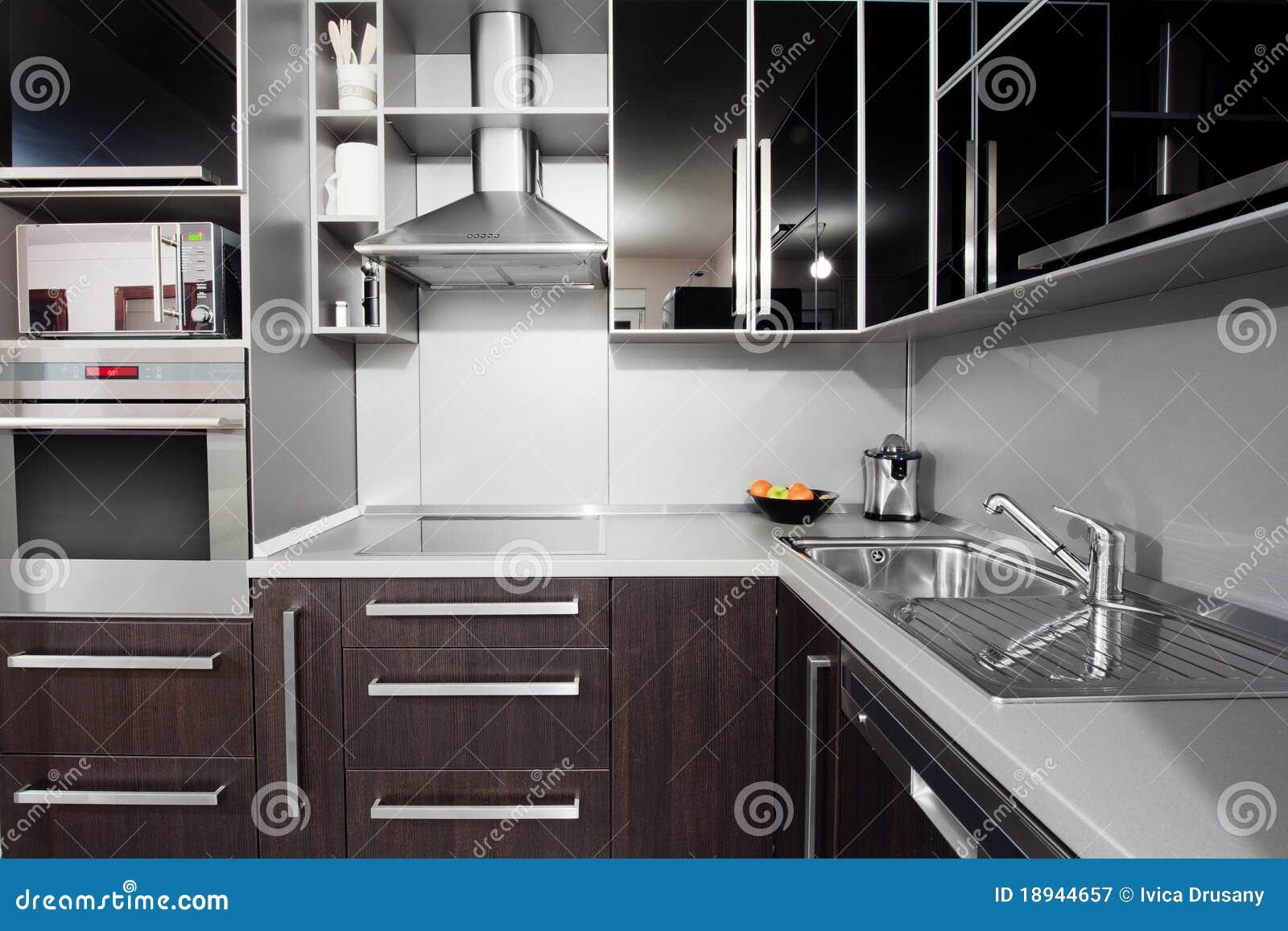 Moderne Keuken Kleuren : Moderne keuken in zwarte en wenge kleuren stock afbeelding