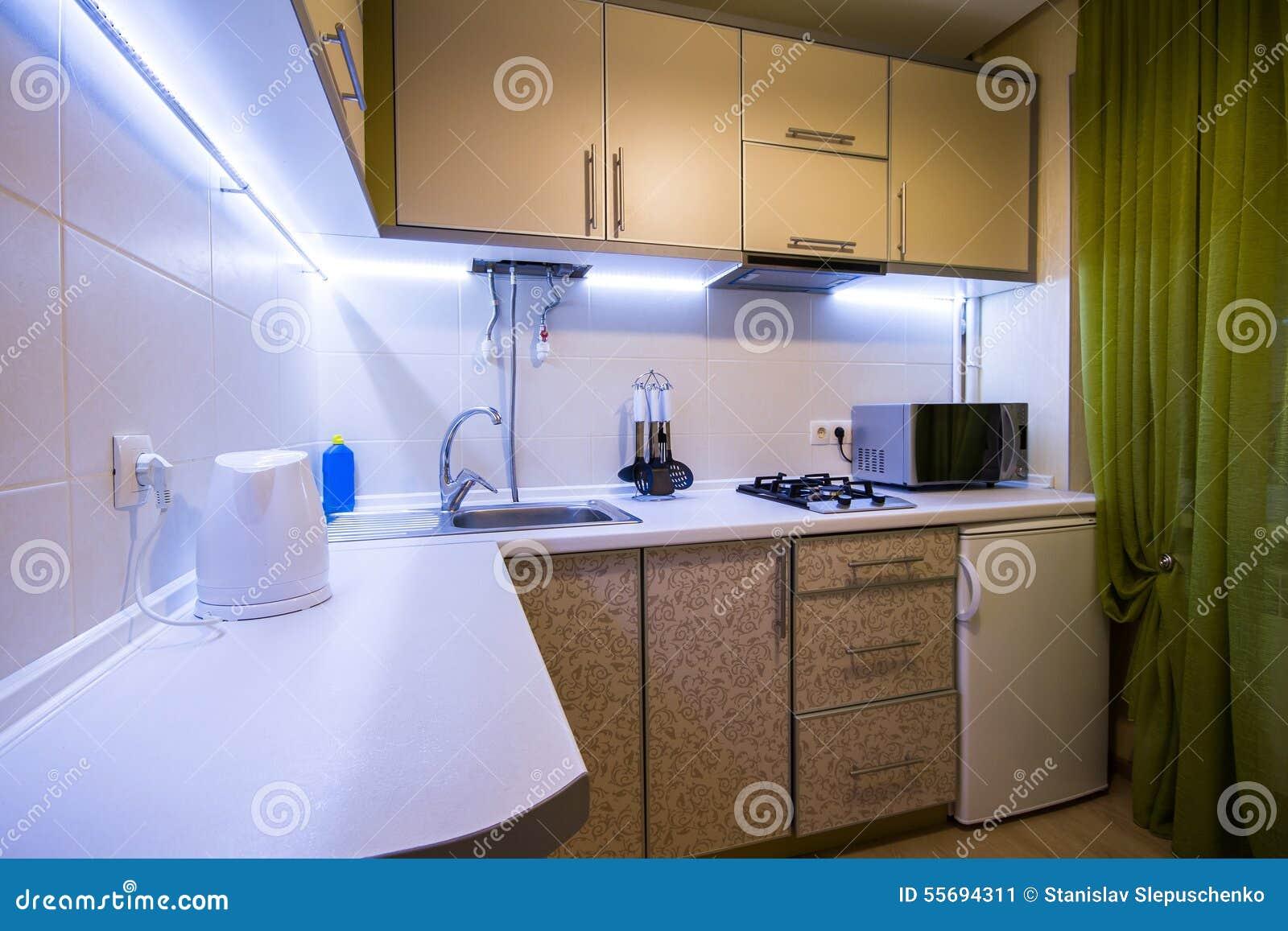 Moderne kleine keuken met groene gordijnen stock foto   afbeelding ...
