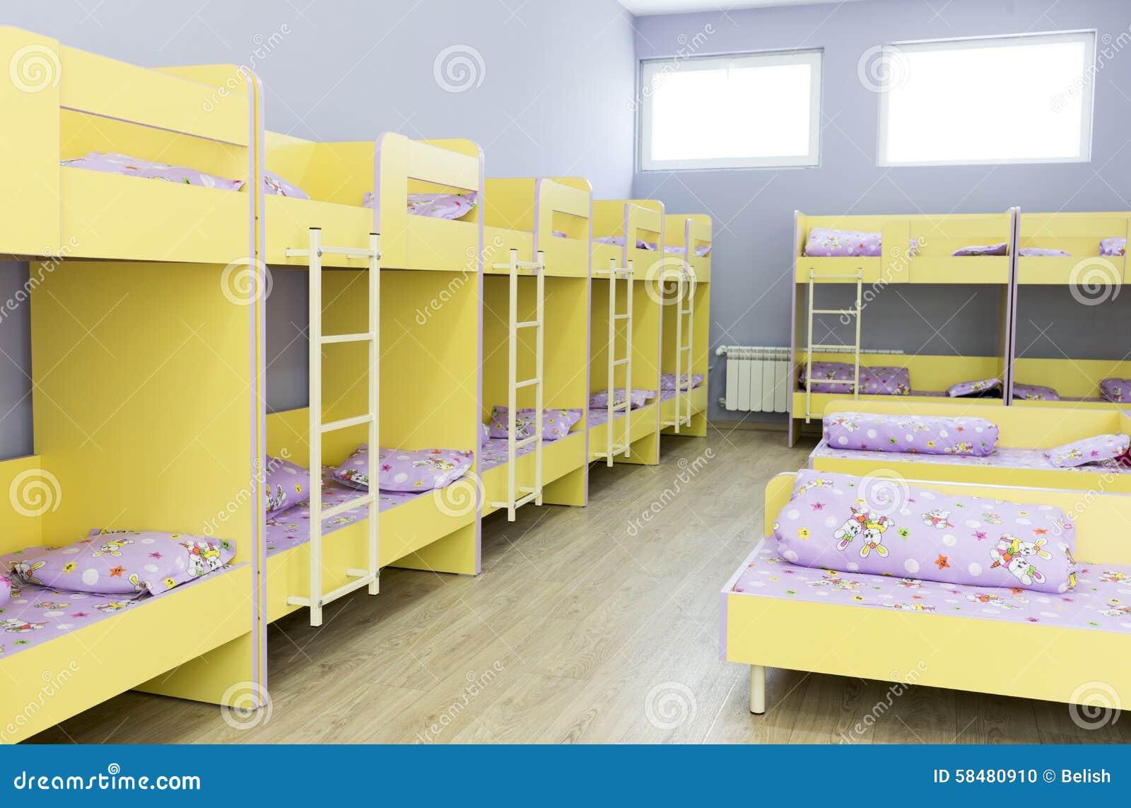 Kleine Slaapkamer Kind : Moderne kleuterschoolslaapkamer met kleine bedden stock foto