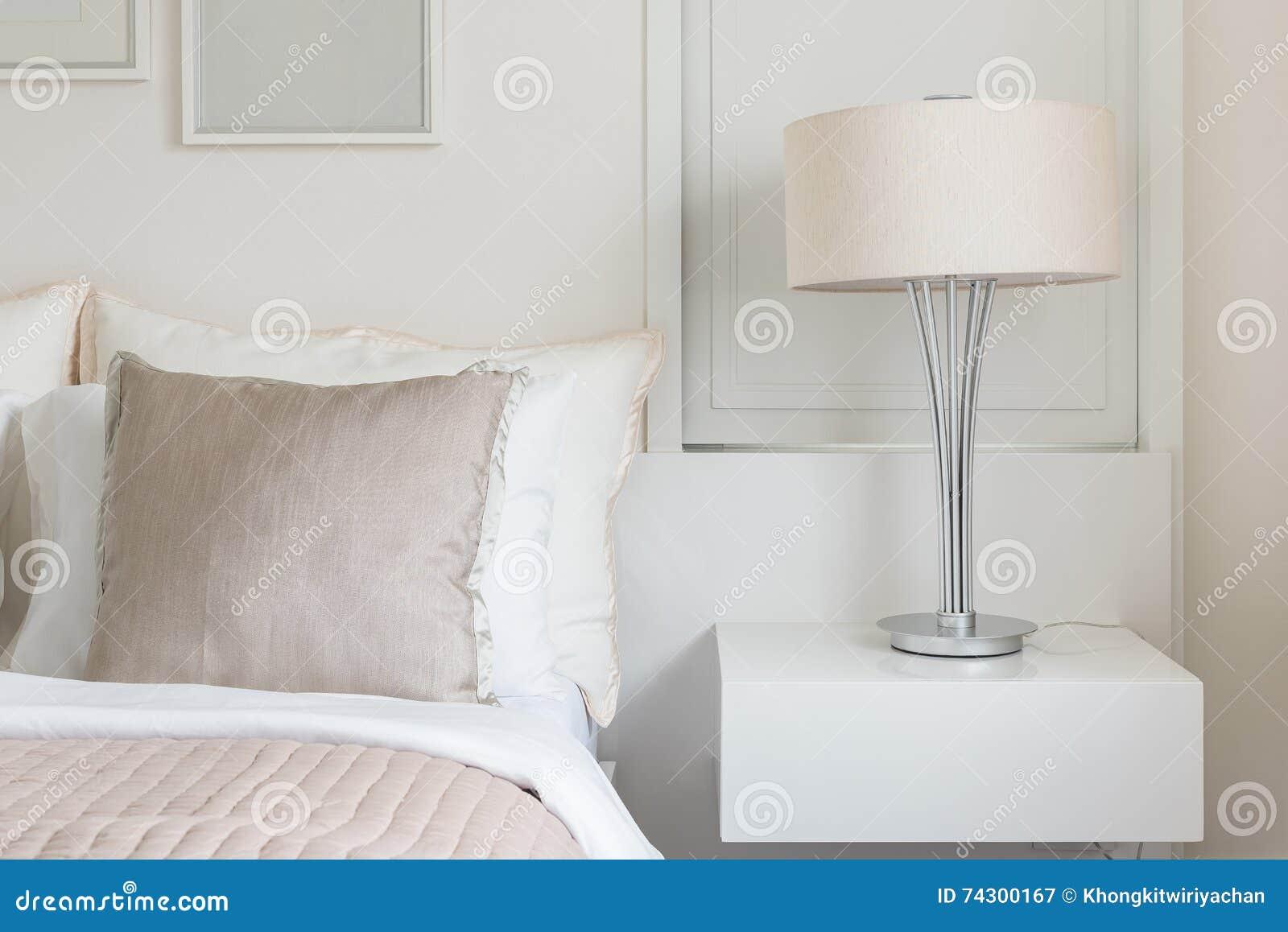 Moderne Lampe Auf Tabellenseite Mit Bilderrahmen Auf Wand Im