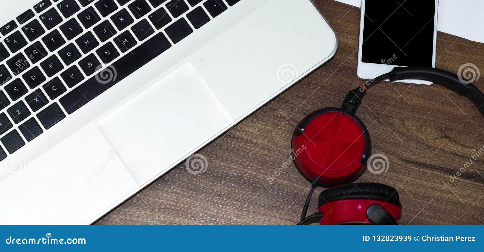 Moderne laptop, smartphone en hoofdtelefoons