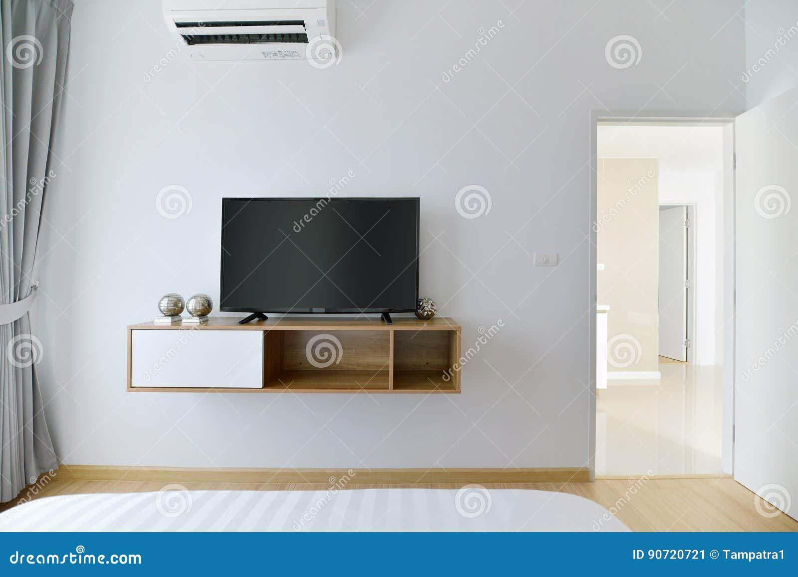 Moderne lege slaapkamer met geleide tv op witte muur en houten plank stock afbeelding - Muur plank onder tv ...