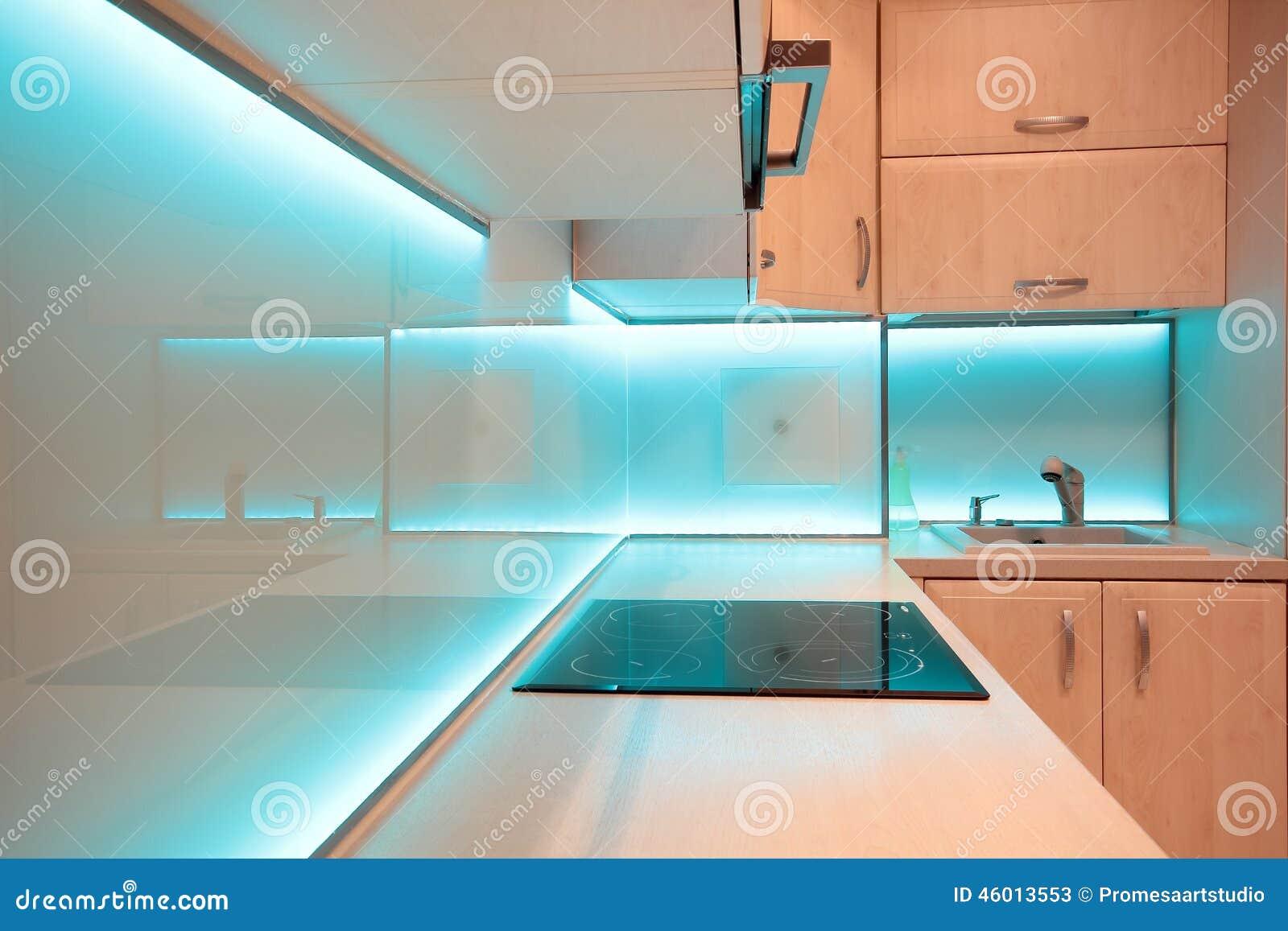 Moderne luxekeuken met blauwe LEIDENE verlichting