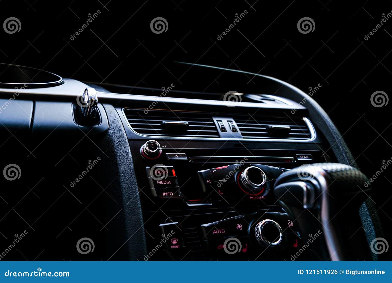Moderne Luxesportwagen binnen Binnenland van prestigeauto Zwart leer Auto het detailleren dashboard Media, klimaat en navigatie c