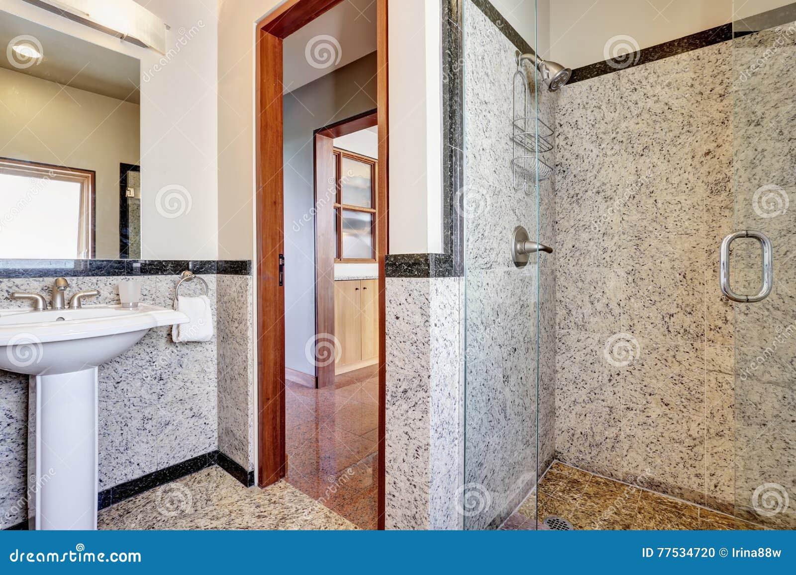 Moderne Marmeren Badkamers Met Walk-in Douche Stock Foto ...
