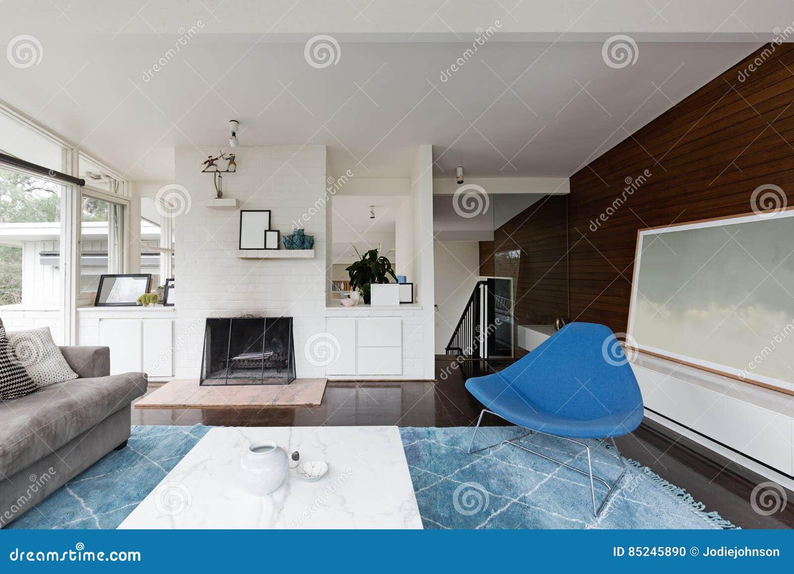 Moderne midden van de eeuw vernieuwde woonkamer