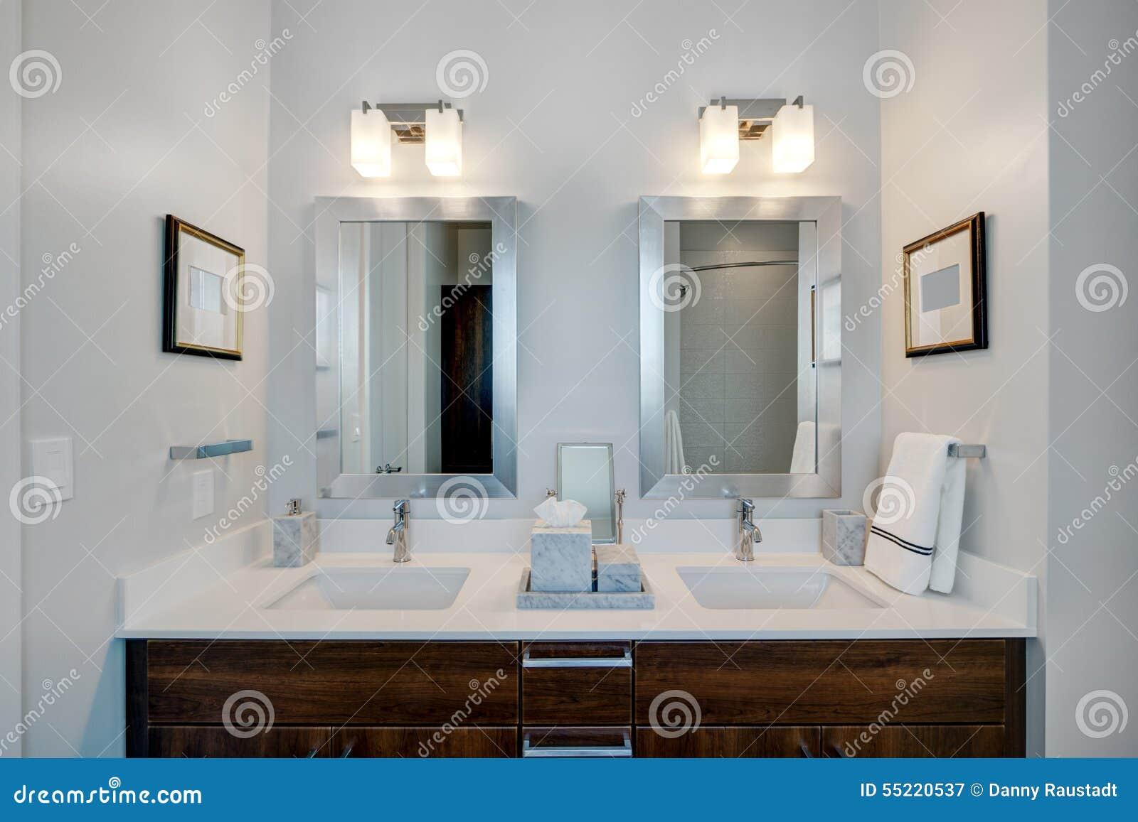 Moderne moderne badkamers bij hoteltoevlucht stock foto afbeelding 55220537 for Moderne badkamers