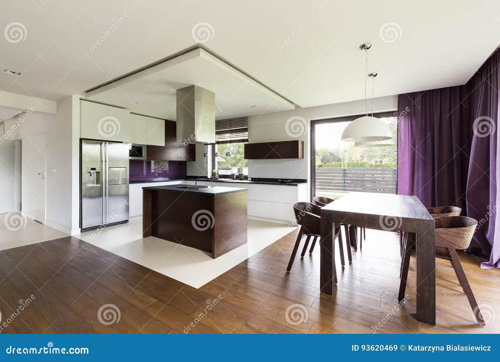 Moderne Offene Kuche Mit Holztisch Stockbild Bild Von Funktionell