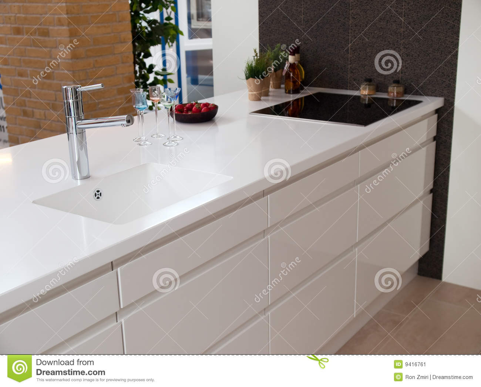 Moderne ontwerp witte houten keuken stock afbeelding afbeelding 9416761 - Witte keuken en hout ...