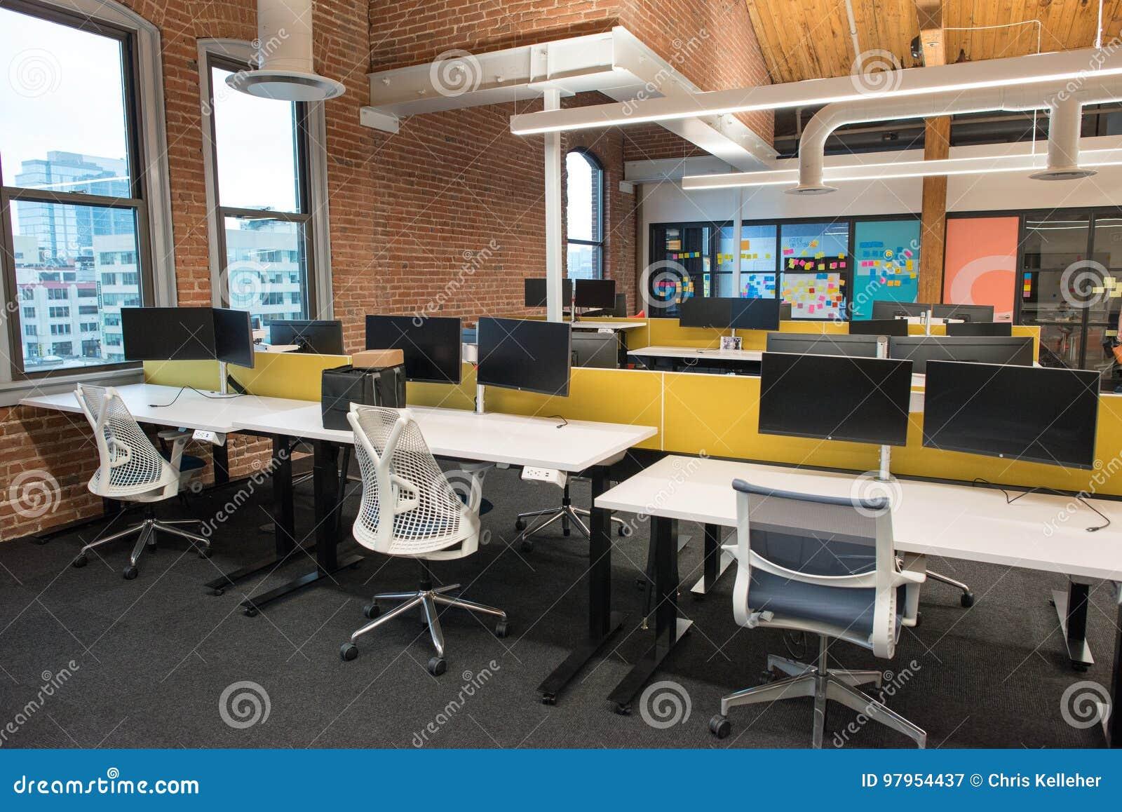 In moderne open het bureauruimte van de conceptenzolder met grote