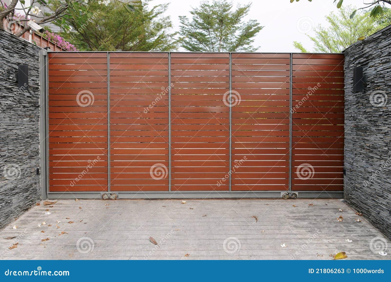 Moderne poorten aan een huis in de voorsteden stock foto 39 s afbeelding 21806263 - Moderne tuin ingang ...