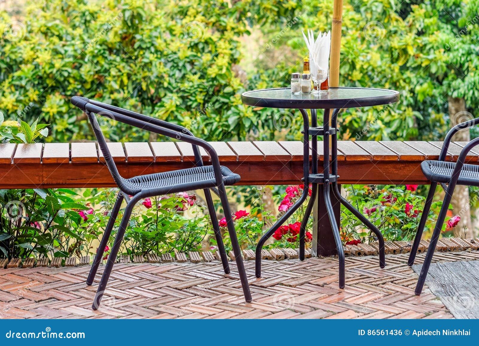 Rieten Ronde Tafel.Moderne Rieten Metaalstoelen En Rondetafel Met Specerijen Stock Foto