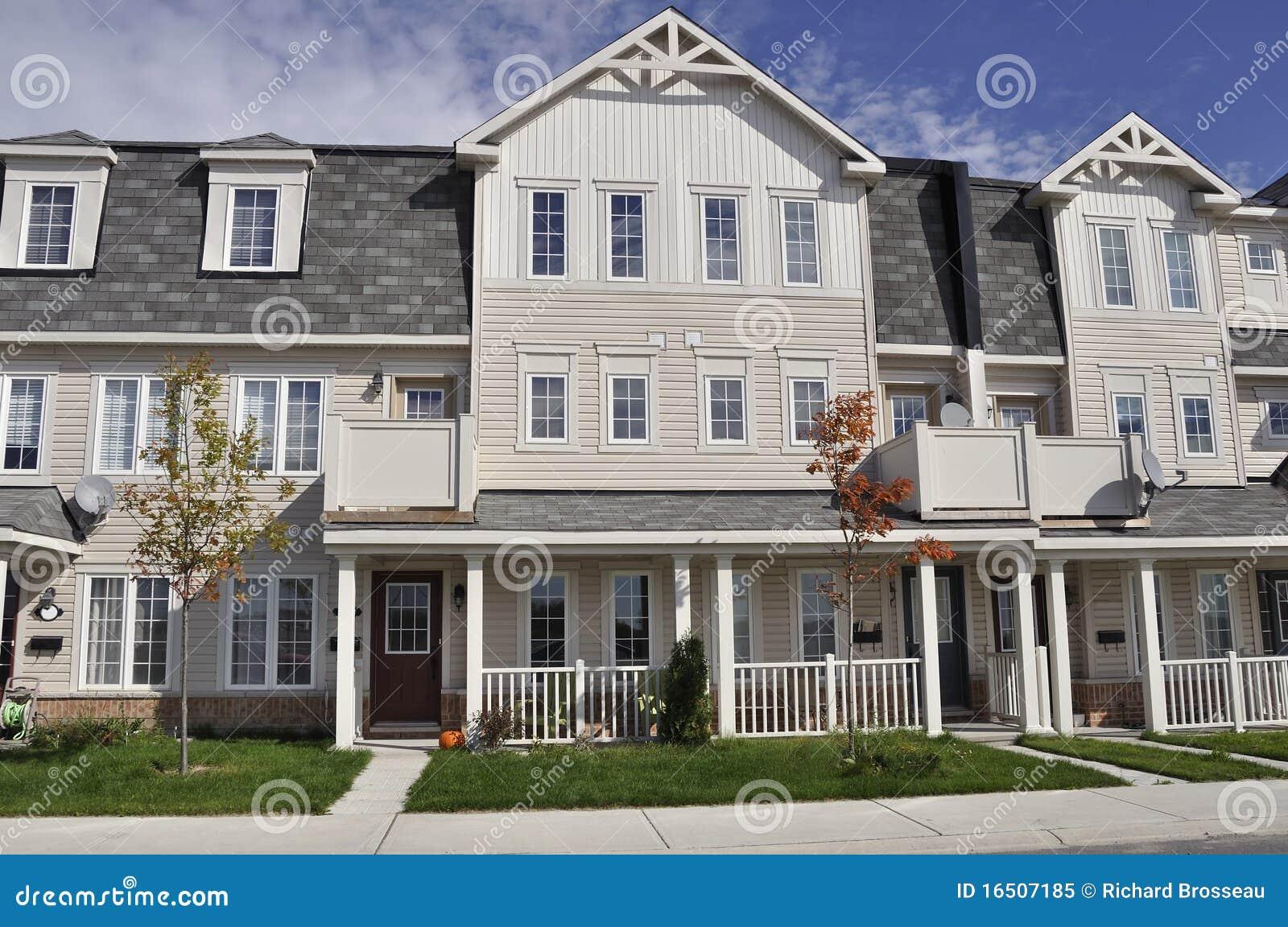 Moderne rij van huizen in de stad royalty vrije stock foto afbeelding 16507185 for Afbeelding van moderne huizen