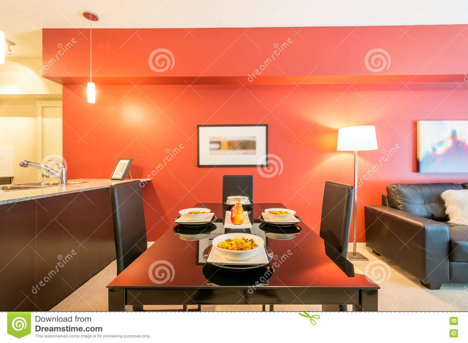 Moderne rode eetkamer stock foto afbeelding bestaande uit