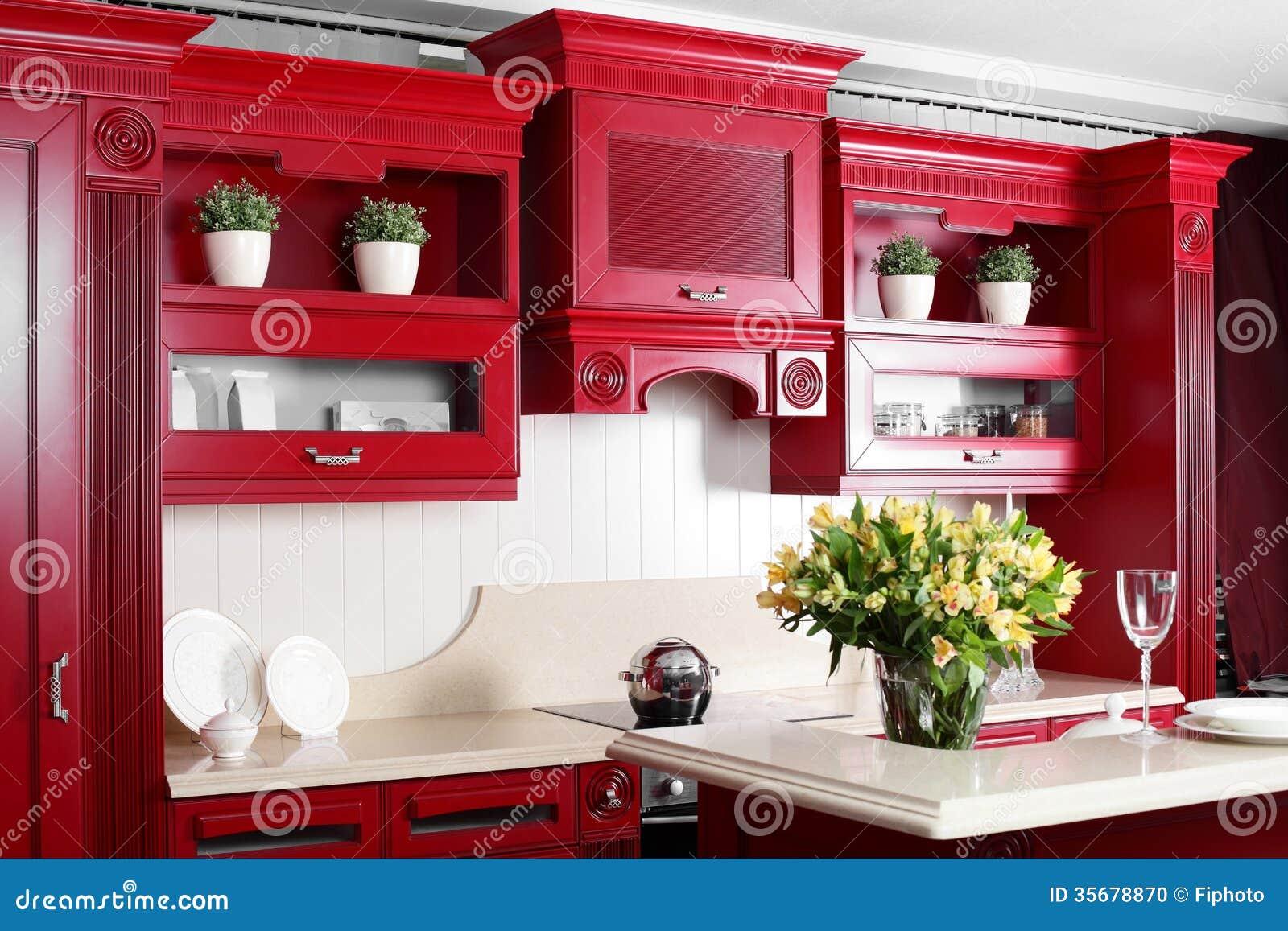 Moderne rode keuken met modieus meubilair stock foto   afbeelding ...