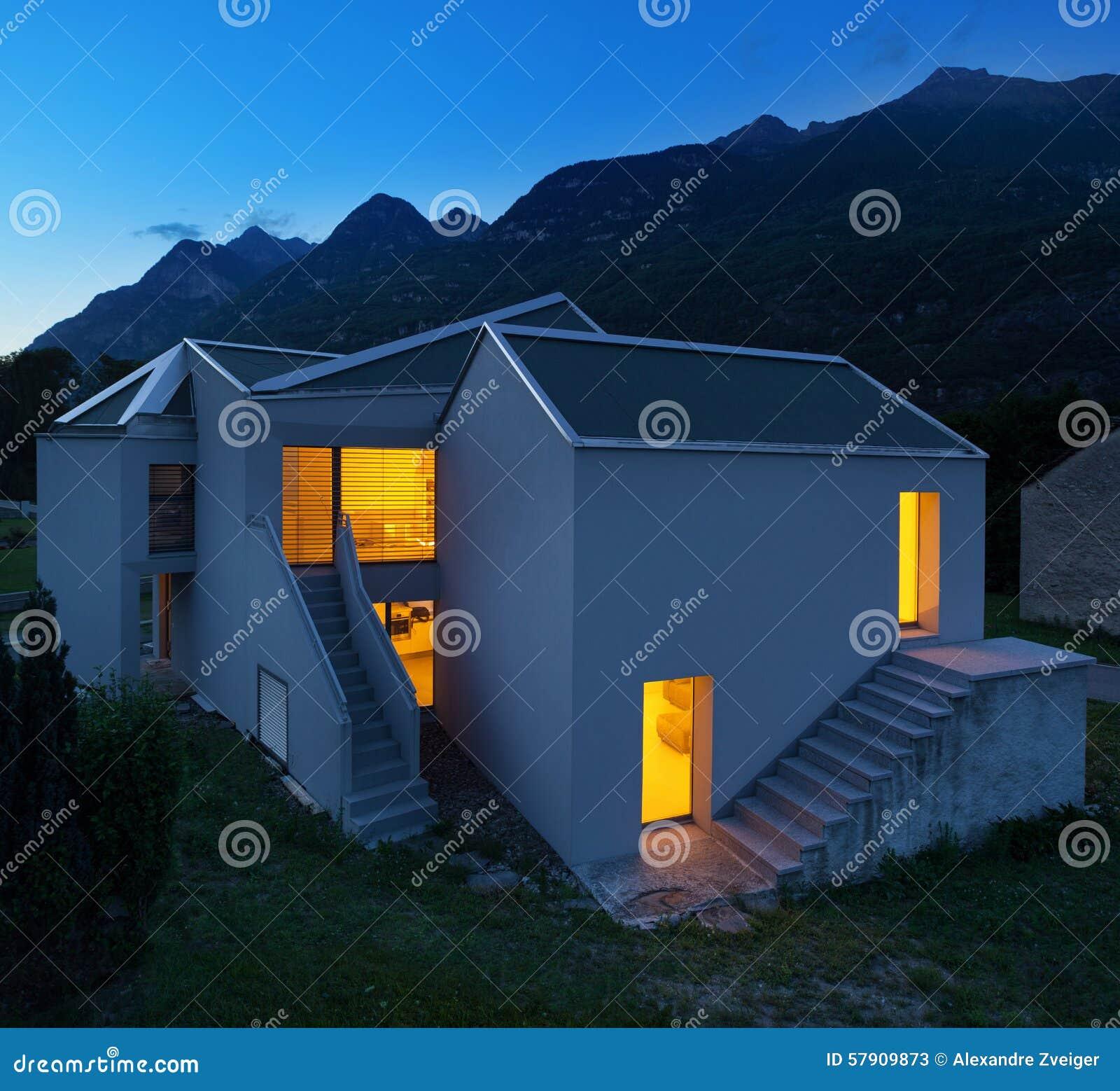 Moderne 39 s nachts huizen stock afbeelding afbeelding bestaande uit architectuur 57909873 for Afbeelding van moderne huizen
