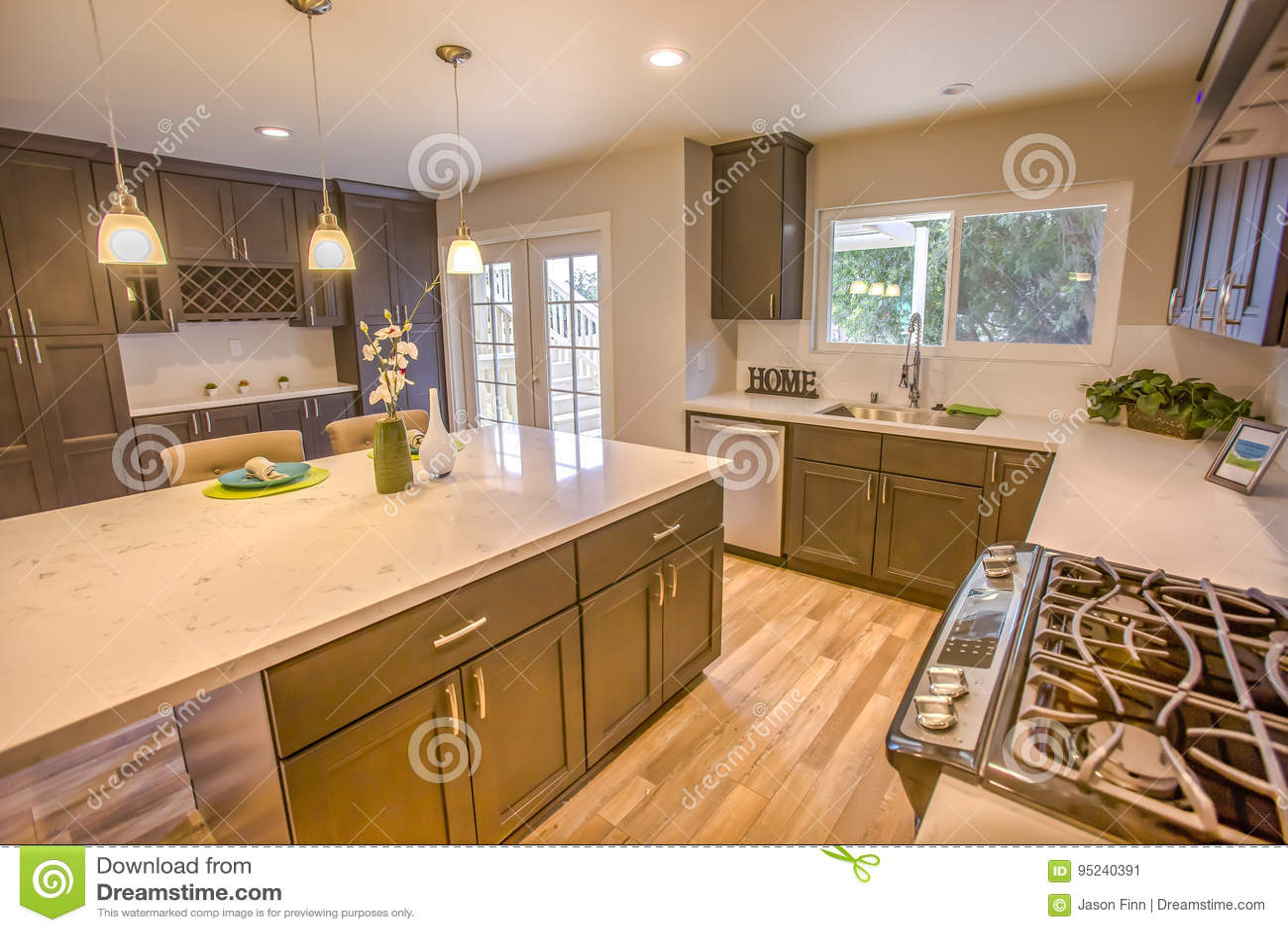 Moderne Saubere Küche Im Offenen Konzeptmusterhaus In San Diego ...