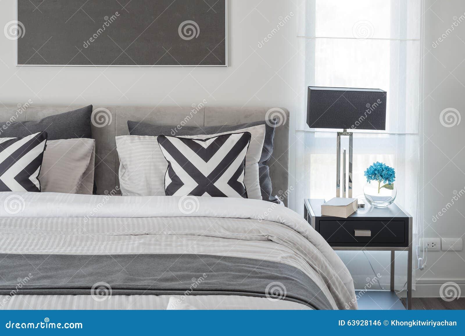 Moderne Lampen 63 : Moderne schlafzimmerschwarzweiss art mit schwarzer lampe stockfoto