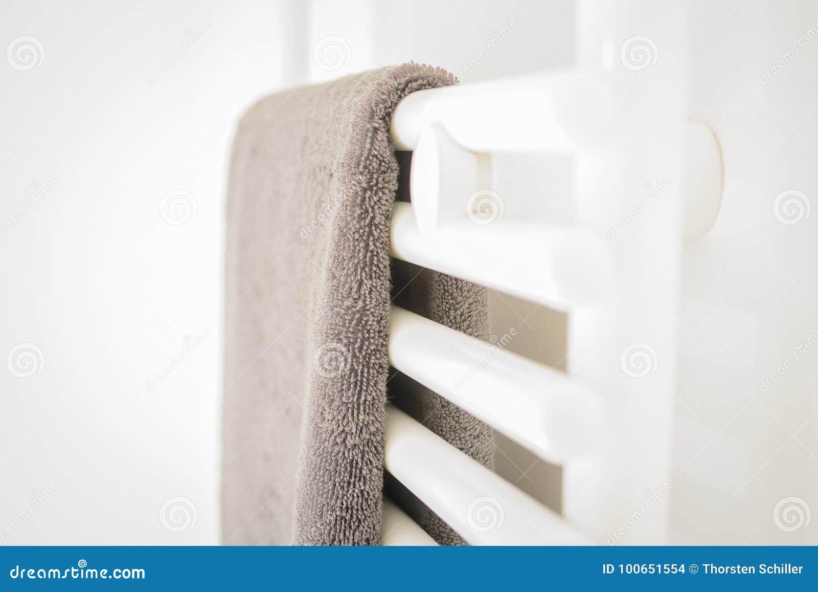 Moderne Schone Witte Badkamers - Handdoek en het Verwarmen