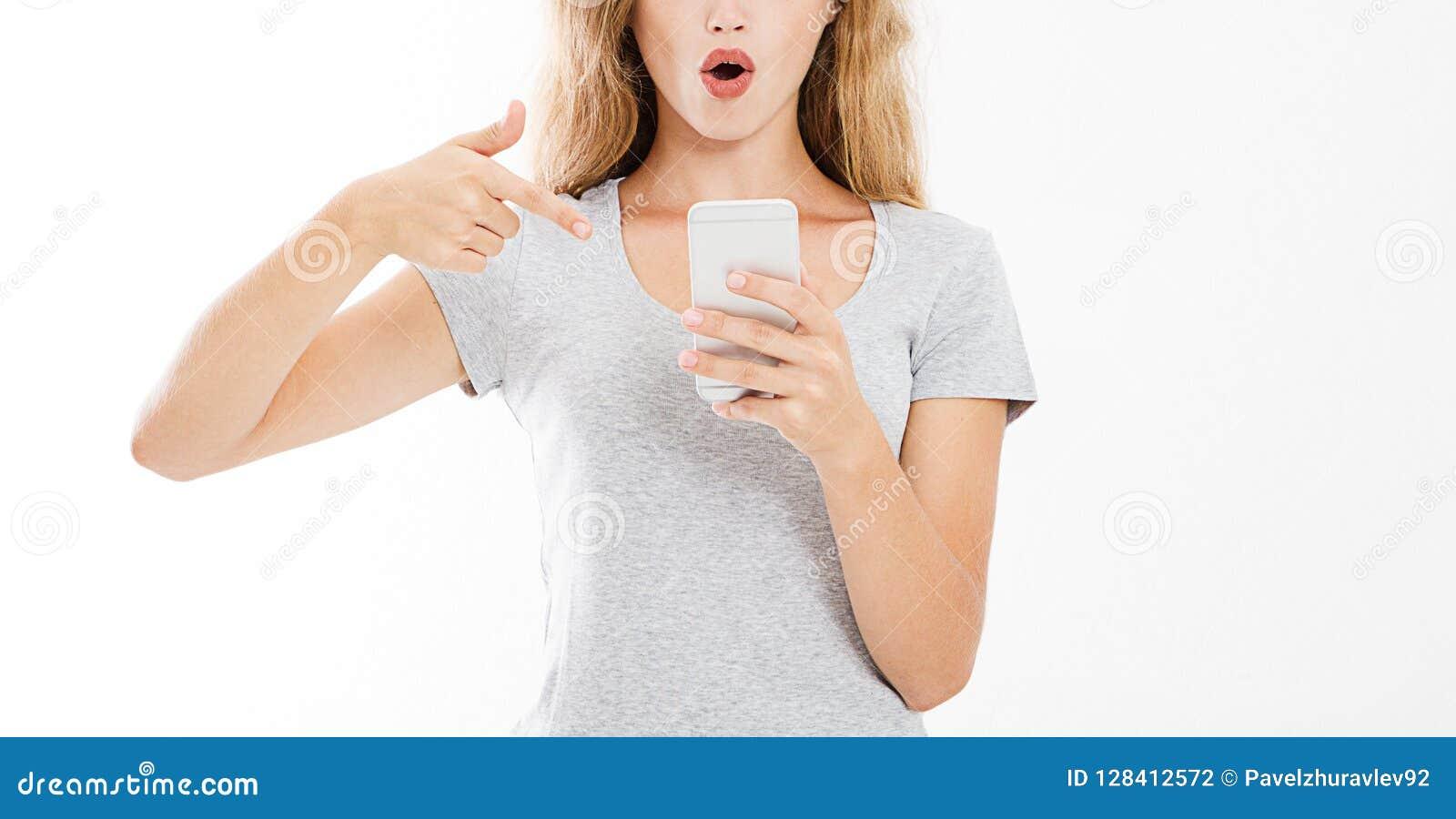 Moderne sexy Frau des Porträts zeigte auf den Smartphone und sah, dass schlechte Nachrichten oder Fotos mit fassungslosem Gefühl