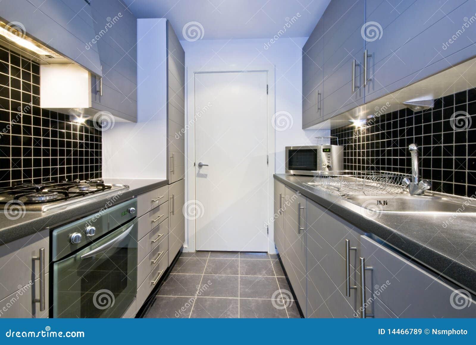 Moderne silberne küche mit schwarzen fliesen