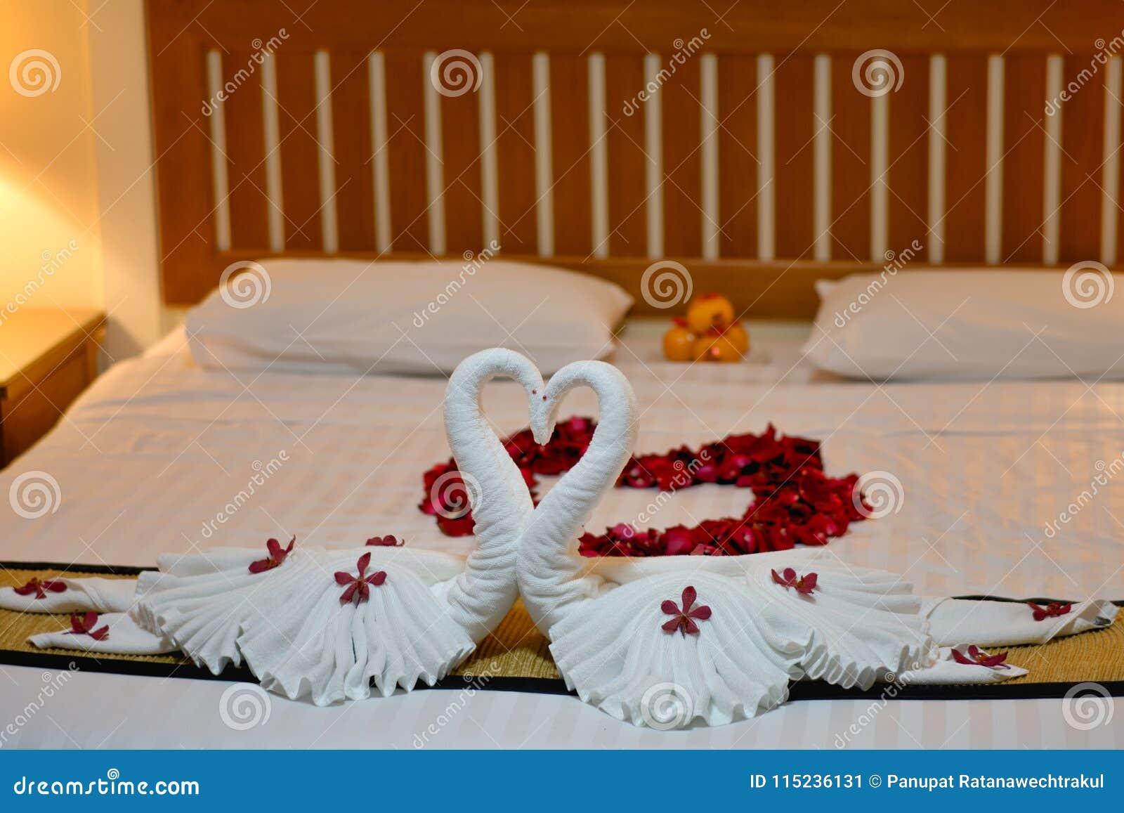 Moderne slaapkamer binnenlandse opstelling op wit algemeen en houten
