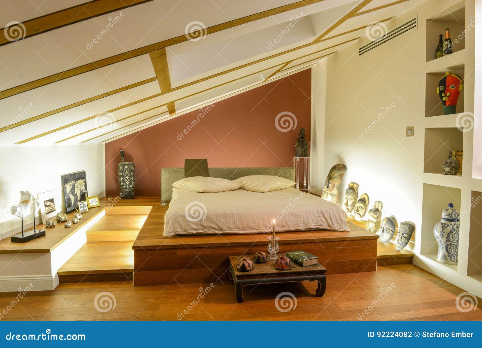 Moderne slaapkamer met afrikaanse decoratie redactionele