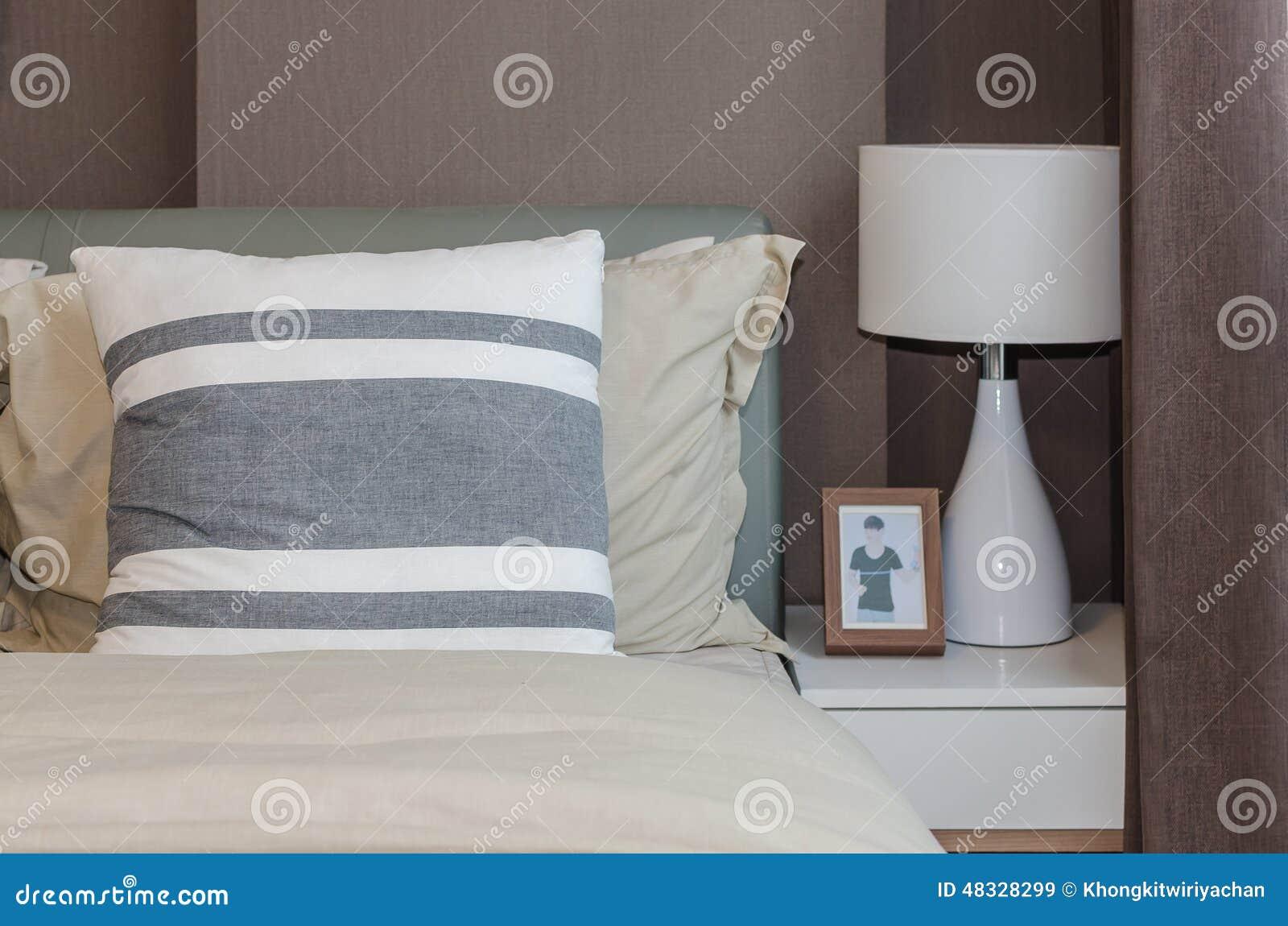 Moderne slaapkamer met bruin behang thuis stock afbeelding
