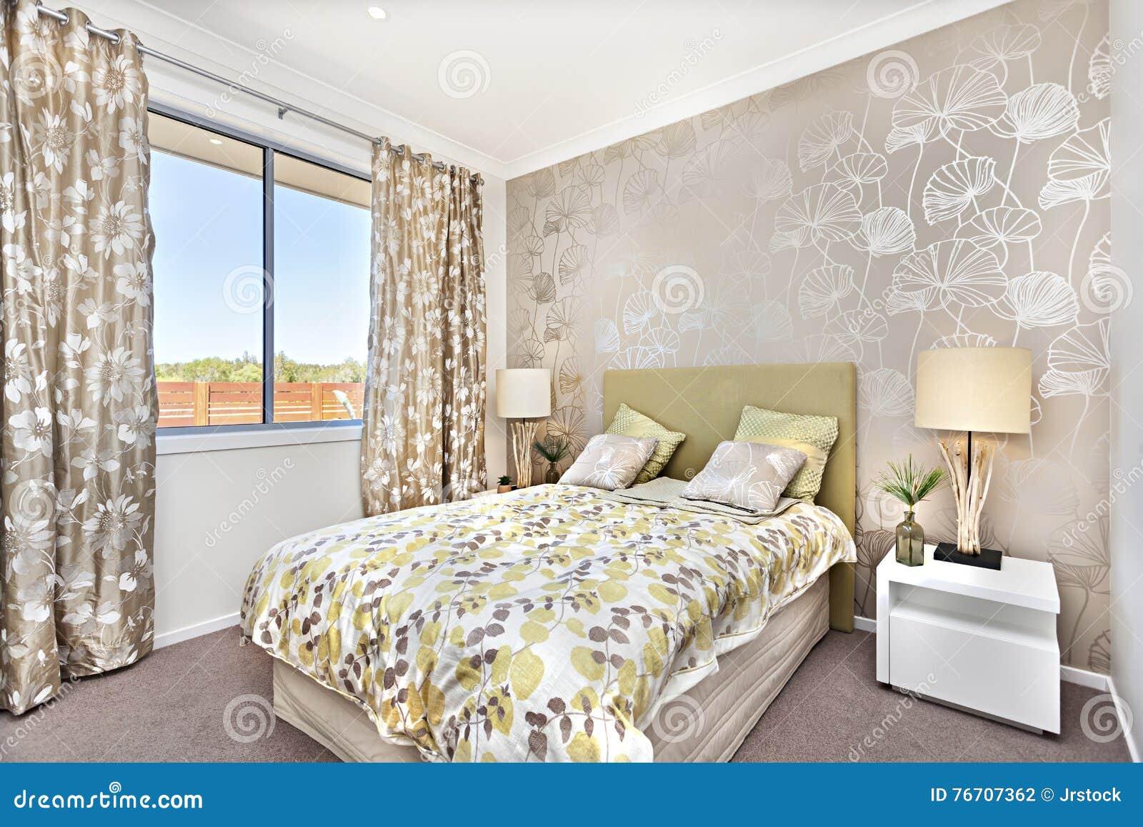 Moderne slaapkamer met een hoofdbed en een lichtbruine kleur stock