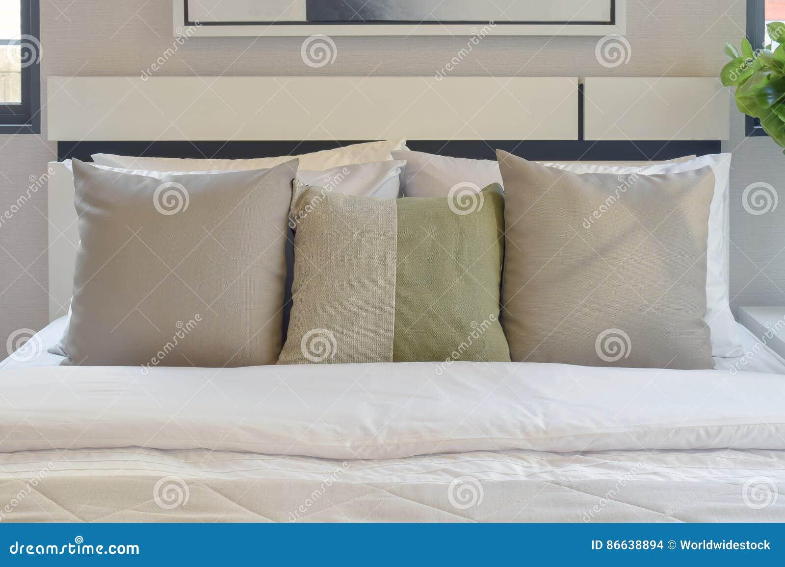 Slaapkamer Groen Wit : Moderne slaapkamer met groen en wit hoofdkussen op bed stock foto