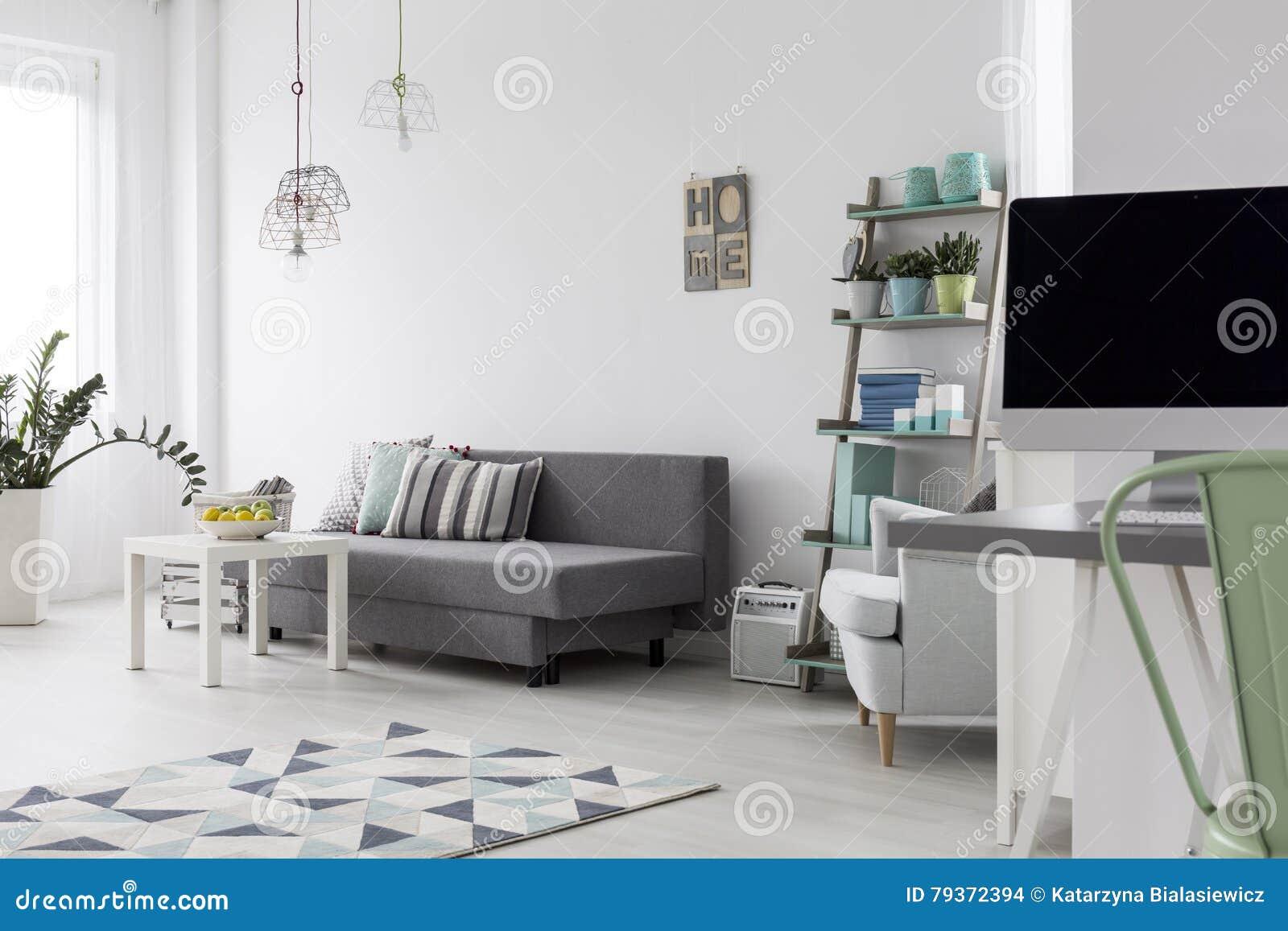 Slaapkamer Houten Vloer : Moderne slaapkamer met heldere houten vloer stock foto