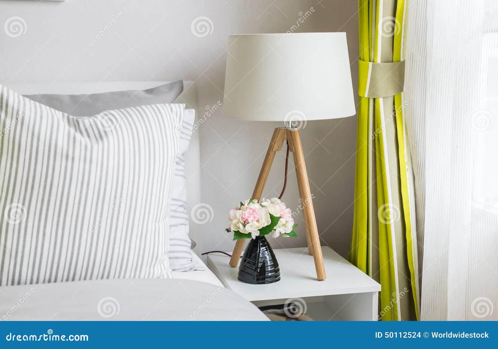 Moderne slaapkamer met houten lamp stock foto afbeelding bestaande