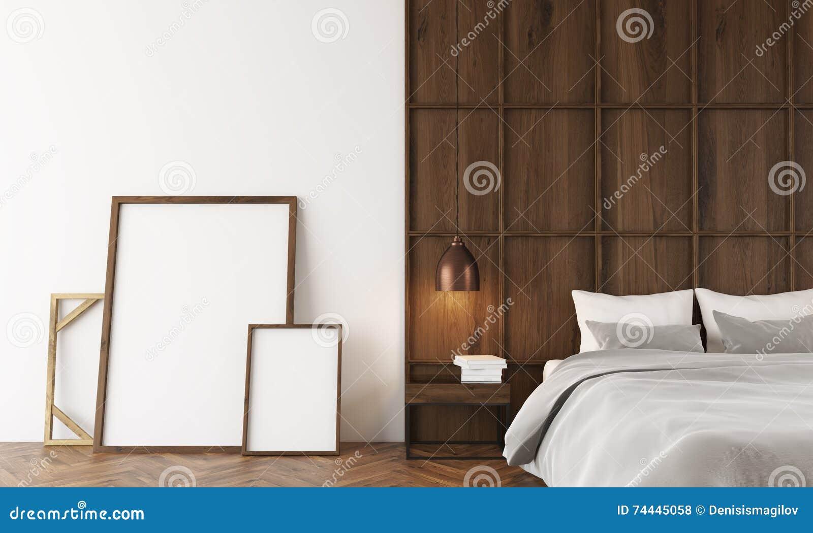 Moderne slaapkamer met houten muur en affiches dichtbij bed stock