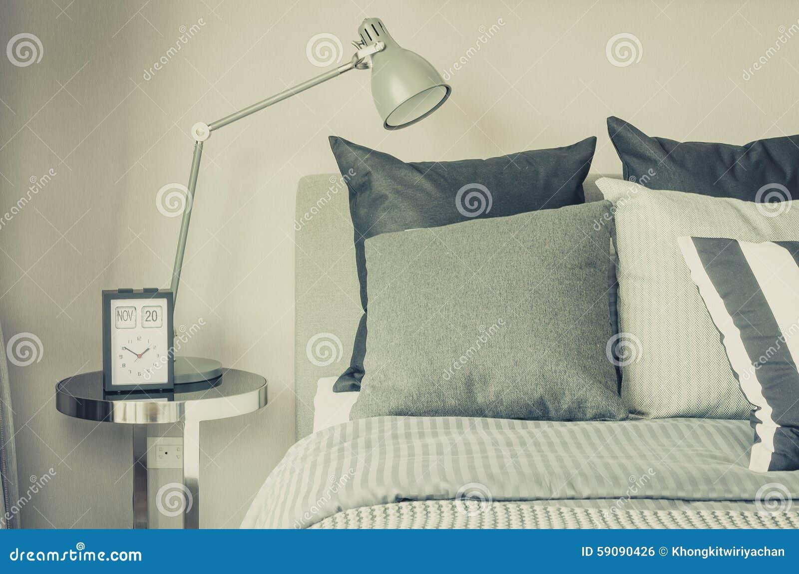 Moderne Grijze Lamp Aan Lijstkant In Slaapkamer Stock Foto ...