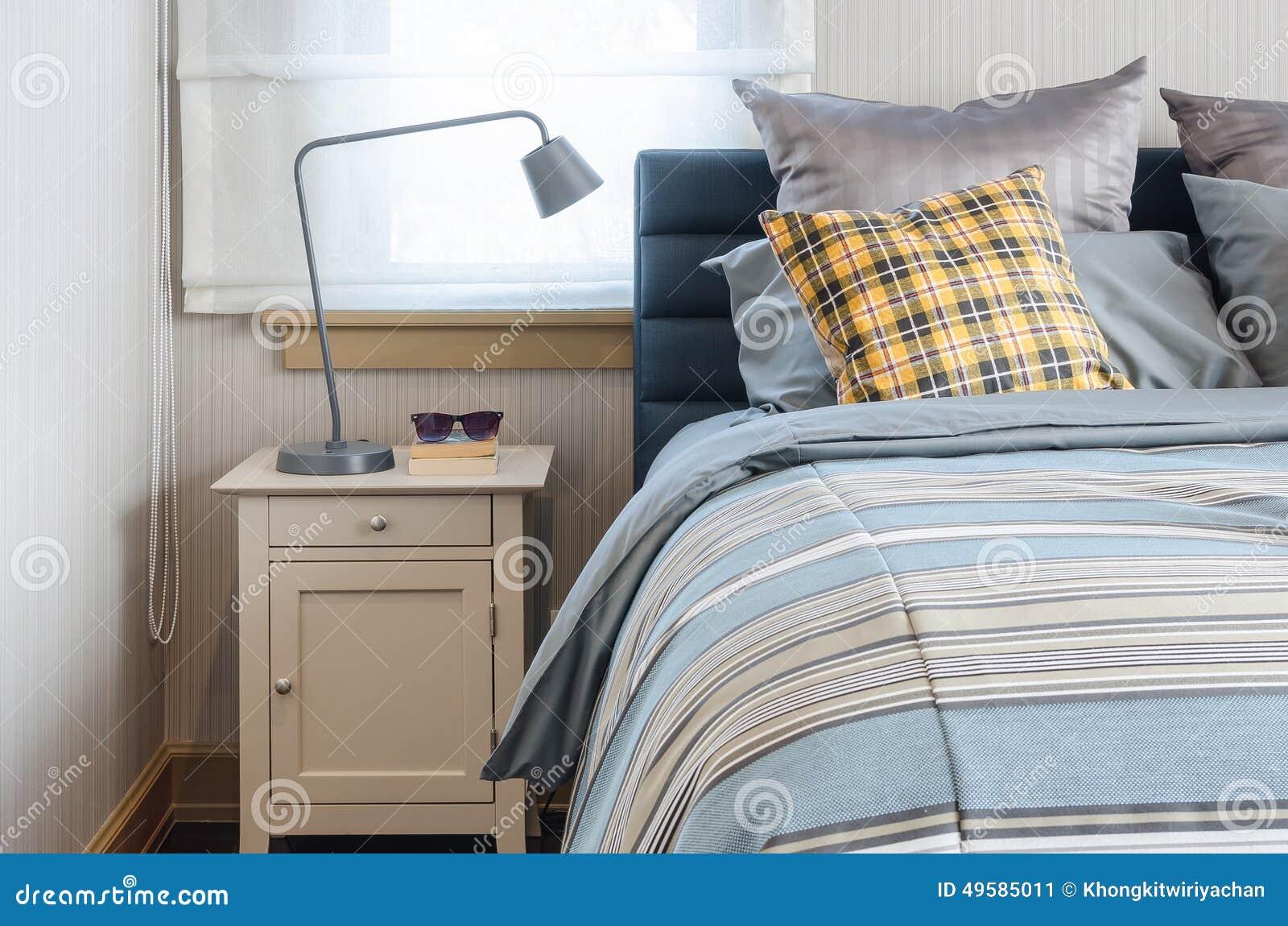 Grijze Slaapkamer Lamp : Moderne slaapkamer met moderne grijze lamp op lijst stock