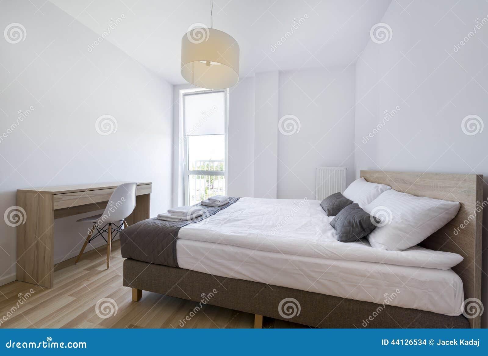 Moderne slaapkamer in witte en beige kleur stock foto afbeelding ...