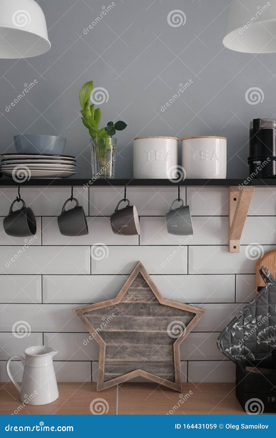 Moderne Sonnige Kuche Im Skandinavischen Stil Kuchenmobel Geschirr Gewurze Stockbild Bild Von Gewurze Sonnige 164431059