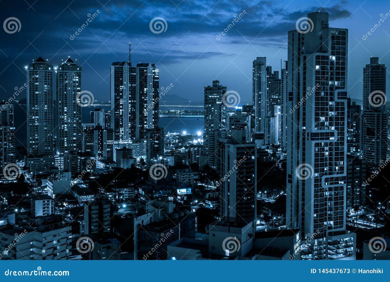 Moderne Stadtskyline nachts - Wolkenkratzerstadtbild
